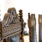 Detail Schloss Maierhofen verzierter Stuhl im Salon